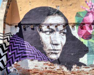 Street Art, figure d'indien indigène sur un mur de Barcelone.